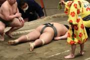 【悲報】お相撲さん、死体の横で勝ち名乗りを上げてしまう